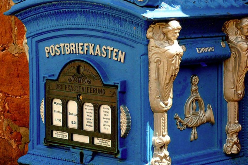 Blauer mit gold ferzierter Briefkasten