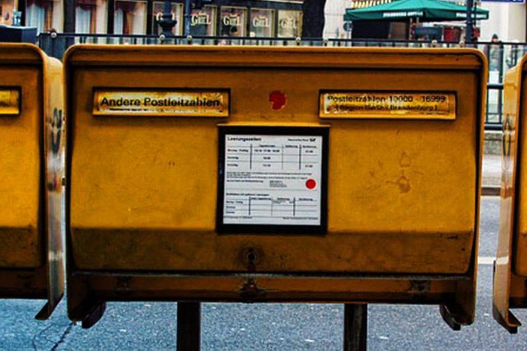 Briefkasten in einer Großstadt