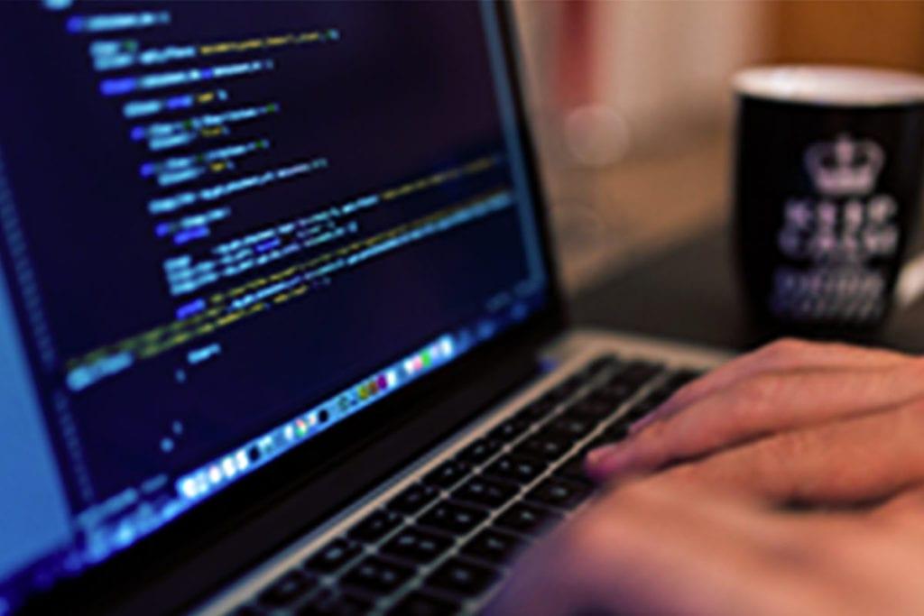 Laptop mit Programmersprache